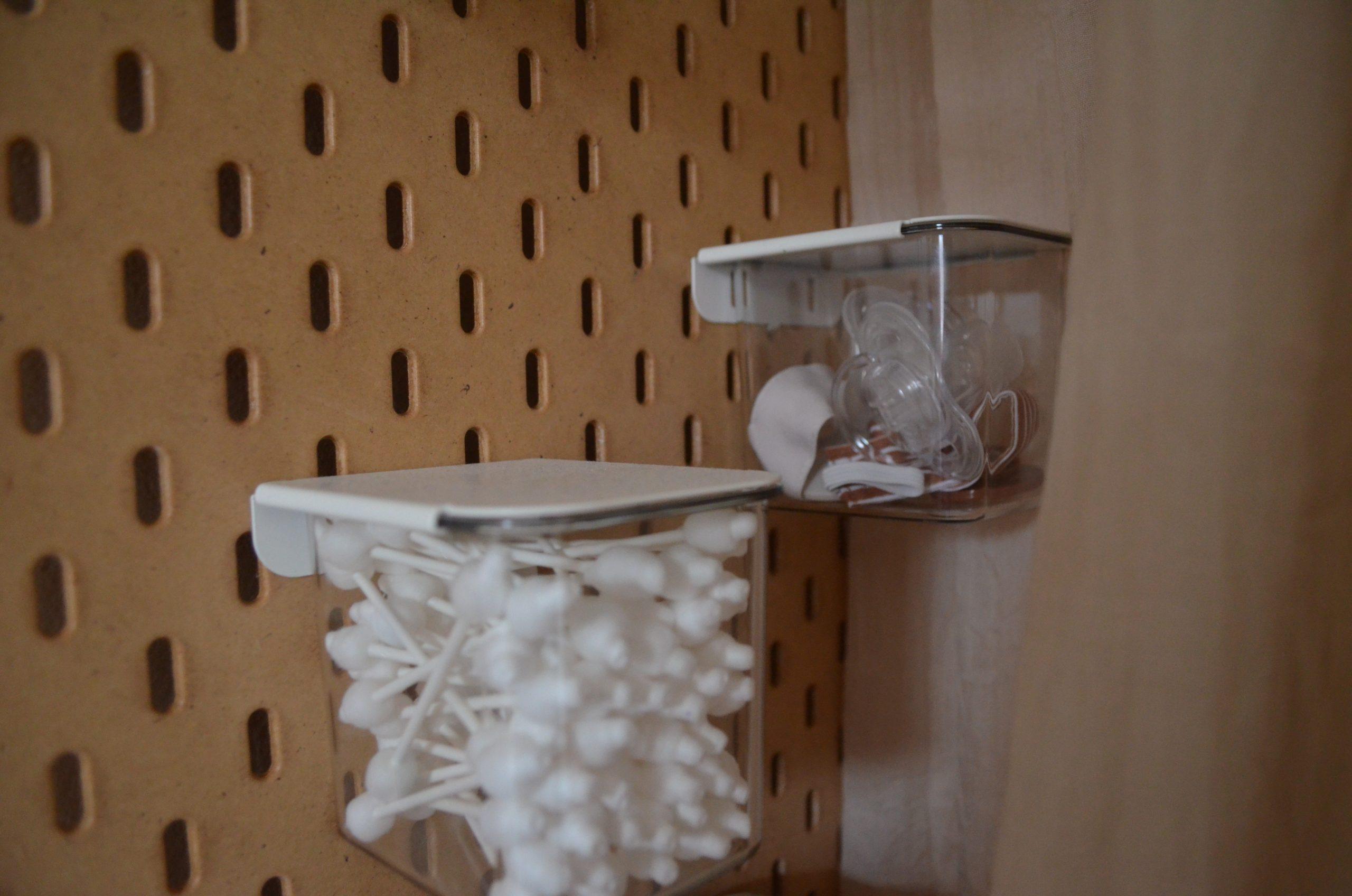 Verder hangt er nog een wandopberger van IKEA (SKÅDIS), waar ik de kleintjes dingen in opberg, zoals speentjes en wattenstaafjes.