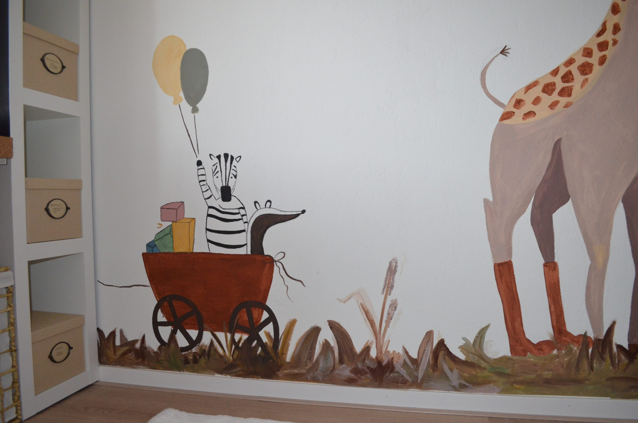 De muurschildering loopt tot aan de vloer, opnieuw vanwege het ruimtelijke effect.