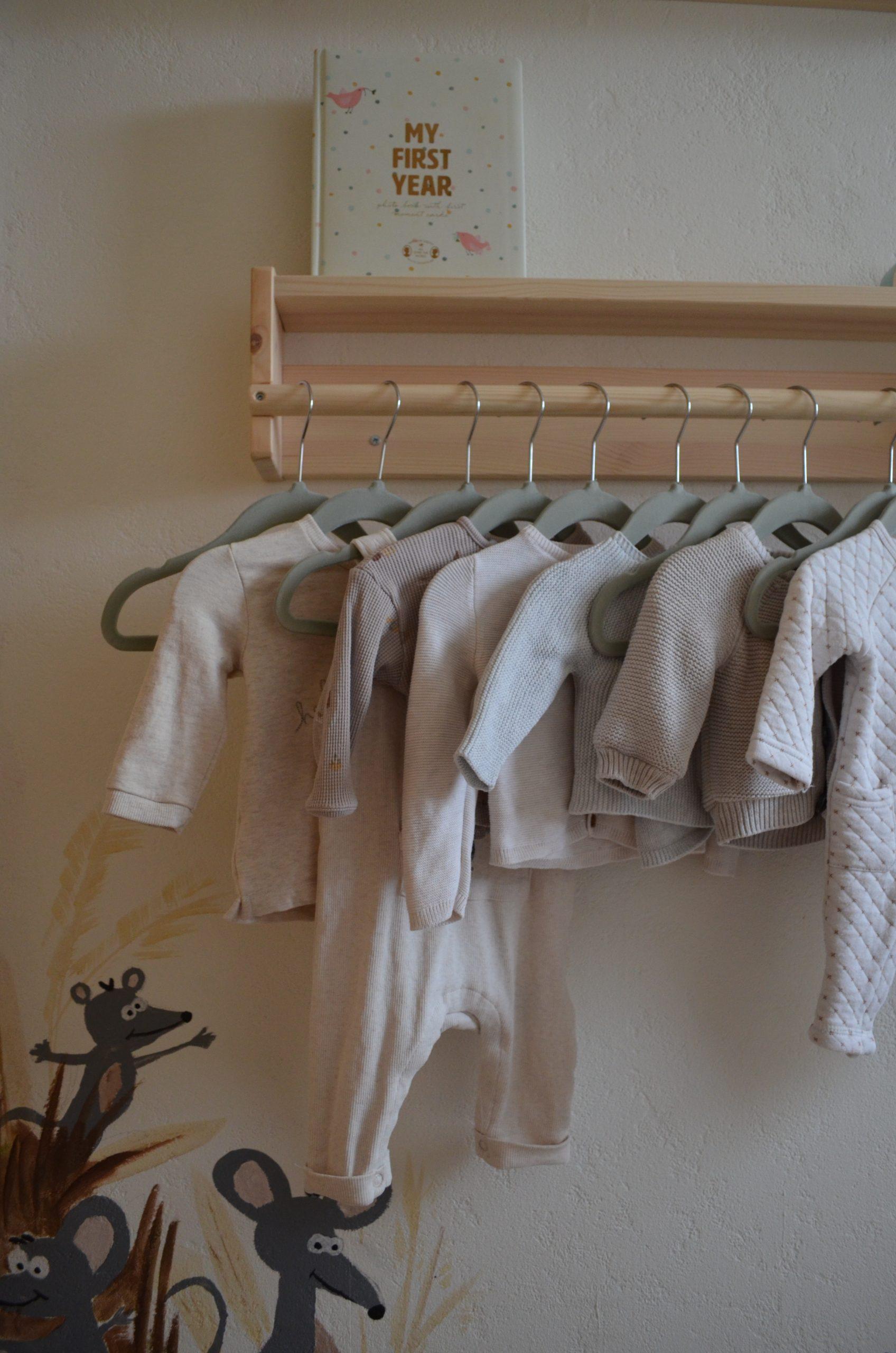Voor de kleertjes heb ik het FLISAT rekje van IKEA op z'n kop opgehangen.